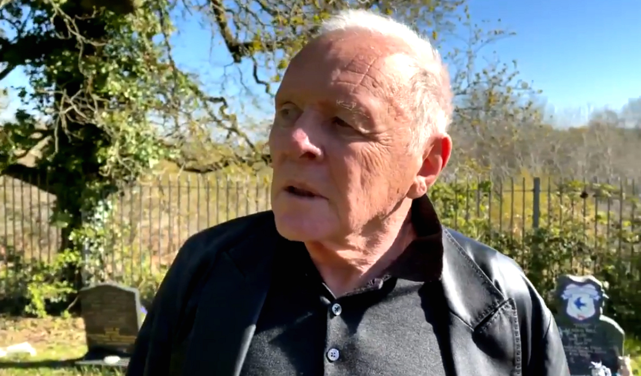 Oscarisé pour The Father, Anthony Hopkins se filme devant la tombe de son père