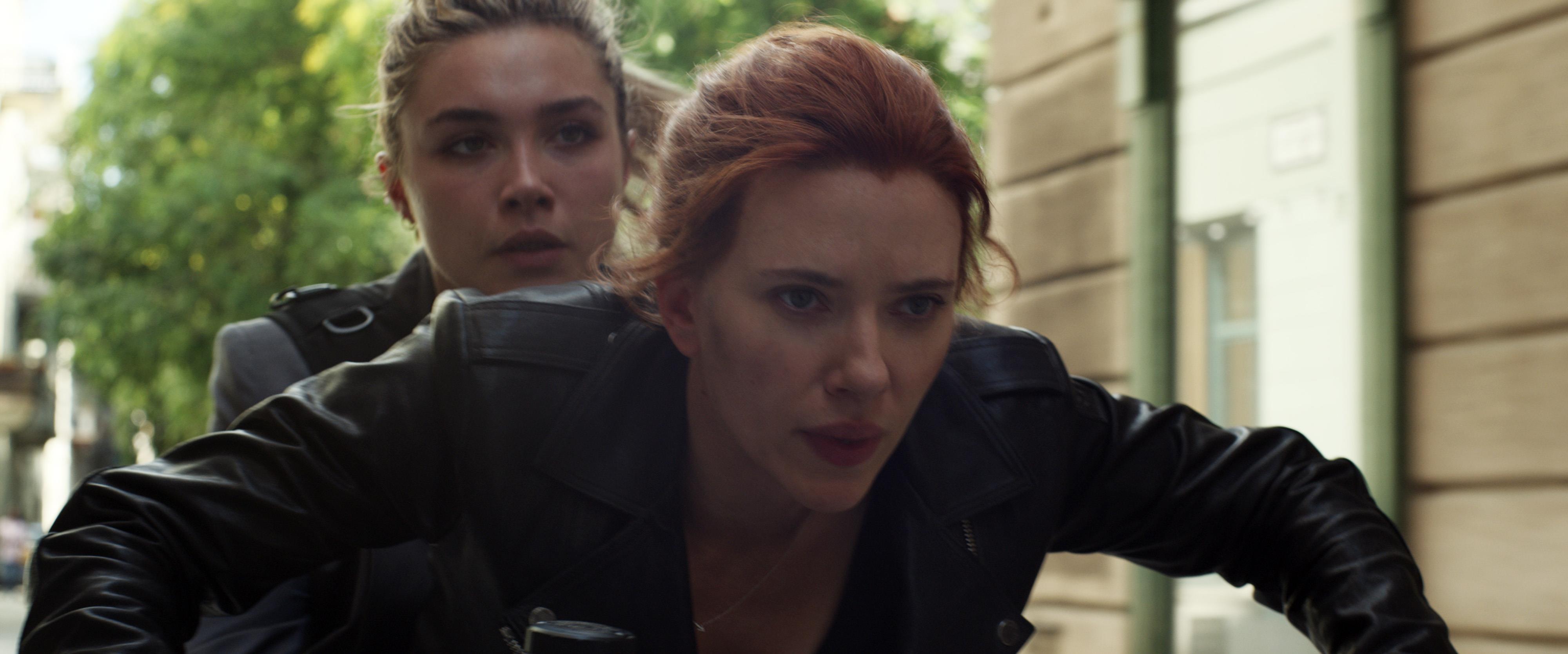 Black Widow : Scarlett Johansson et Florence Pugh en pleine course-poursuite [extrait]