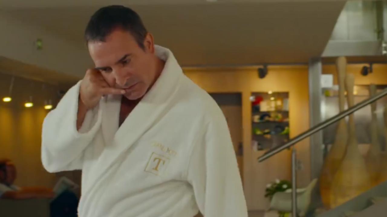 Jean dujardin traverse la bande annonce d 39 i feel good en for Yolande dujardin