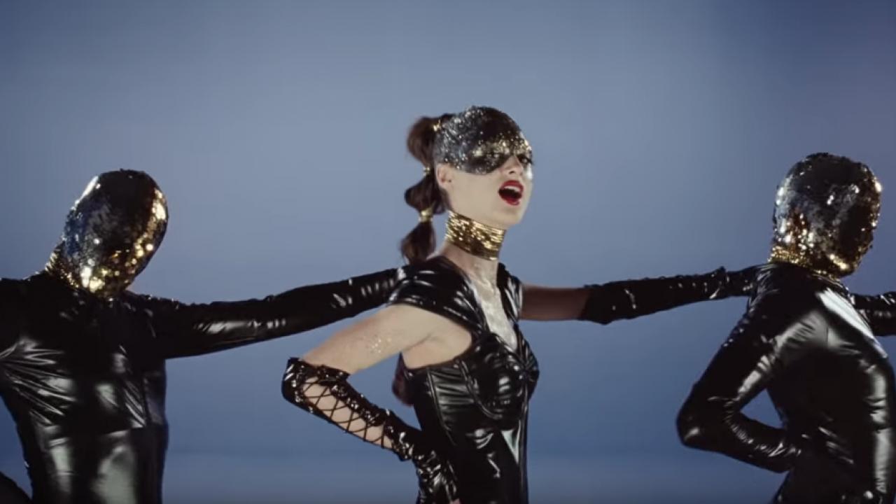 Natalie Portman joue les pop star hystérique et énigmantique — Vox Lux