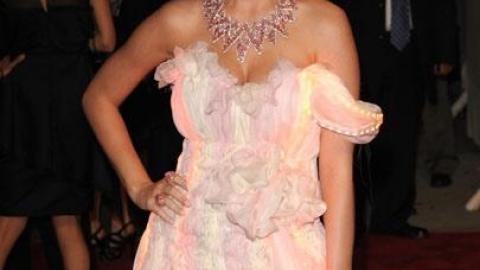 PHOTOS - Bal du MET 2010 : Katy Perry complètement nue sous sa robe fluorescente et on a tout vu ...