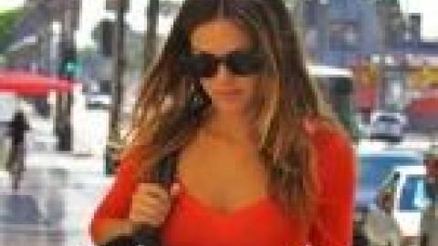 PHOTOS - Rachel Bilson super sexy avec son tee-shirt rouge moulant et son  short en jean !  7f785ac125e