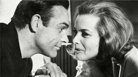 Honor Blackman et Sean Connery dans Goldfinger (1964)