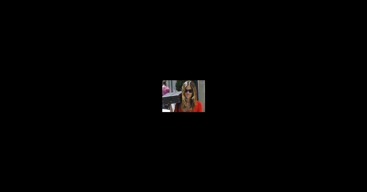 PHOTOS - Rachel Bilson super sexy avec son tee-shirt rouge moulant et son  short en jean ! le 27 08 2010 à 19 46 par La rédaction. DR Abaca Abaca  Abaca Abaca 58a0dfe2728