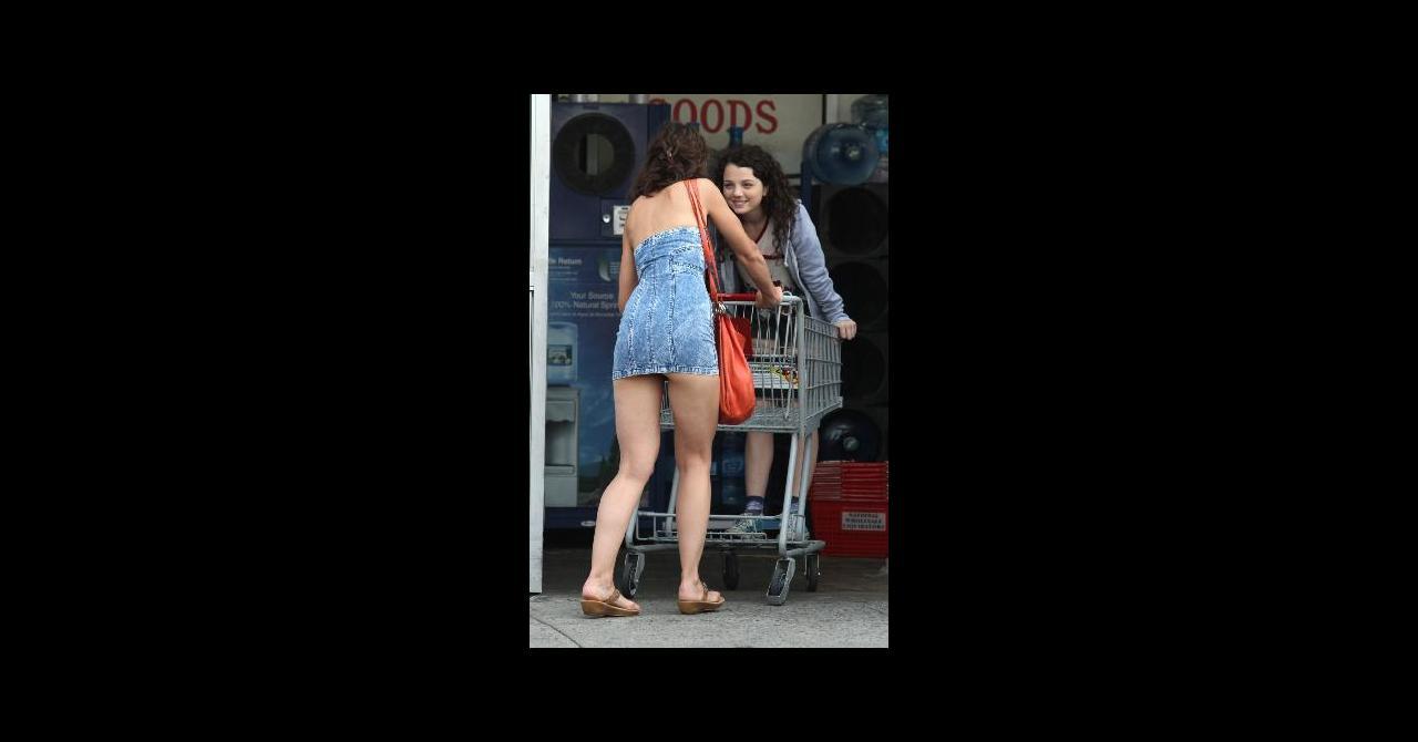0a5fe472bfe Katie Holmes en robe beaucoup trop courte pour son premier film ...