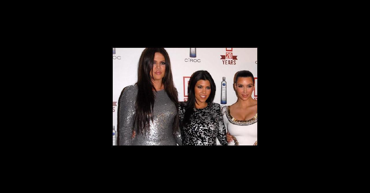 a65f7e1e08c PHOTOS - Kim et Kourtney Kardashian sublimes dans leur mini-robe ...