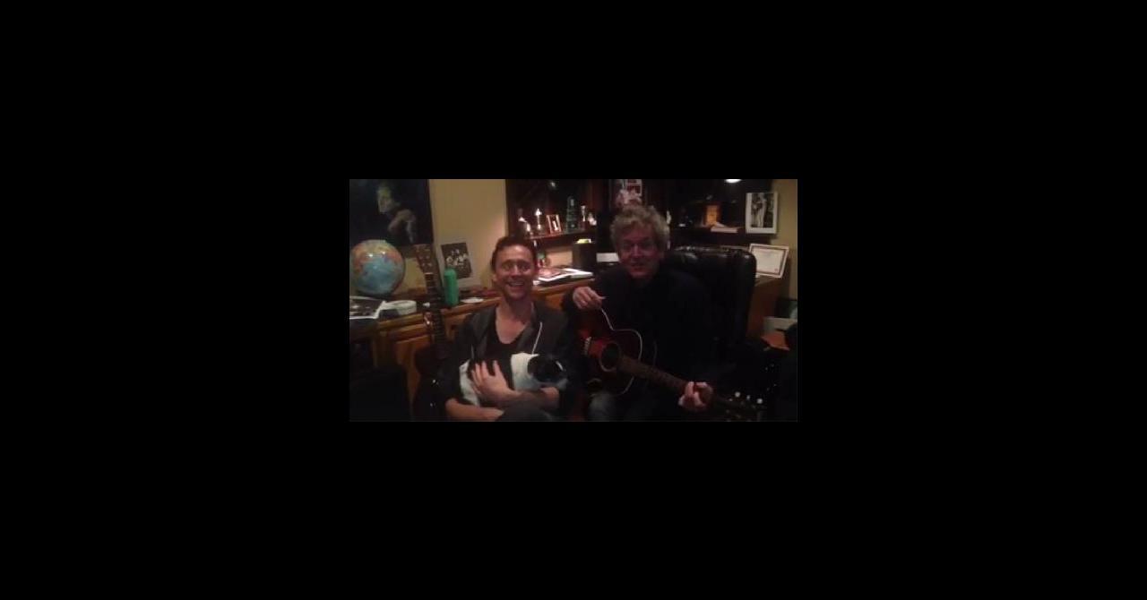 Max Boublil Joyeux Noel Youtube.Tom Hiddleston Nous Souhaite Un Joyeux Noel En Chanson
